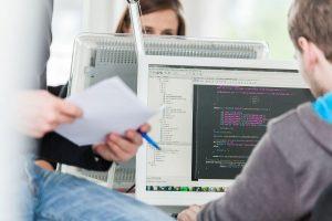 Nachwuchsforderung - Junge Menschen mit Computer